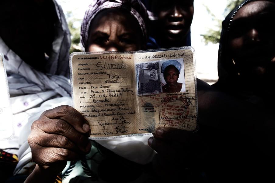 Een Malinese vrouw in Mopti toont haar ID-kaart. Dit document is noodzakelijk om te kunnen reizen in Mali en niet te worden verdacht deel uit te maken van de rebellen. Foto: Andreas Stahl