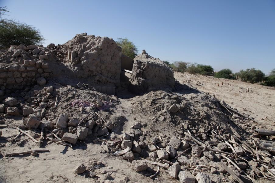 De eeuwenoude graftombes van de Marabout liggen aan puin geslagen op de begraafplaats in Timboektoe. Foto: Andreas Stahl