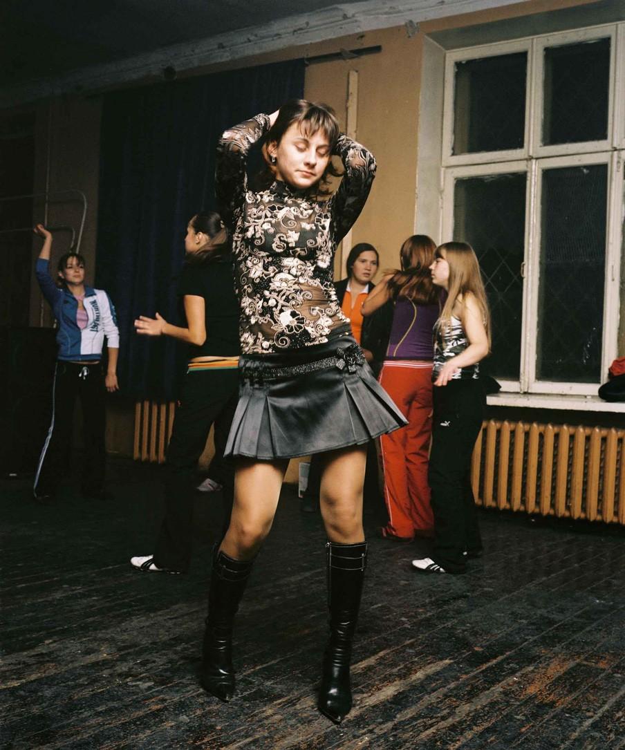 Mascha tijdens een discoavond in een cultureel centrum in de buitenwijk van de Siberische industriestad Angarsk. Foto: Rob Hornstra/Flatland Gallery