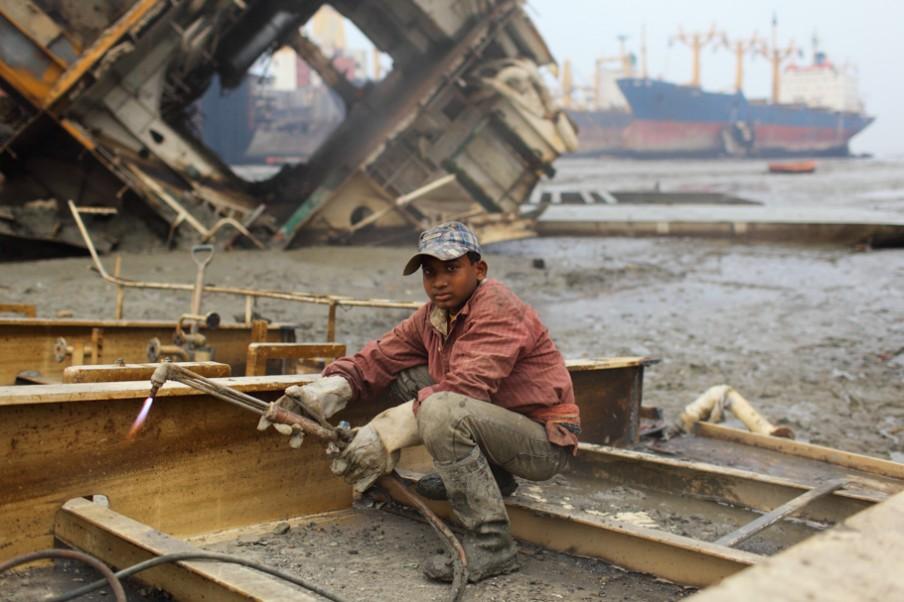 Een jonge staalsnijder op een sloopwerf bij Chittagong, Bangladesh. Foto: Pierre Torset