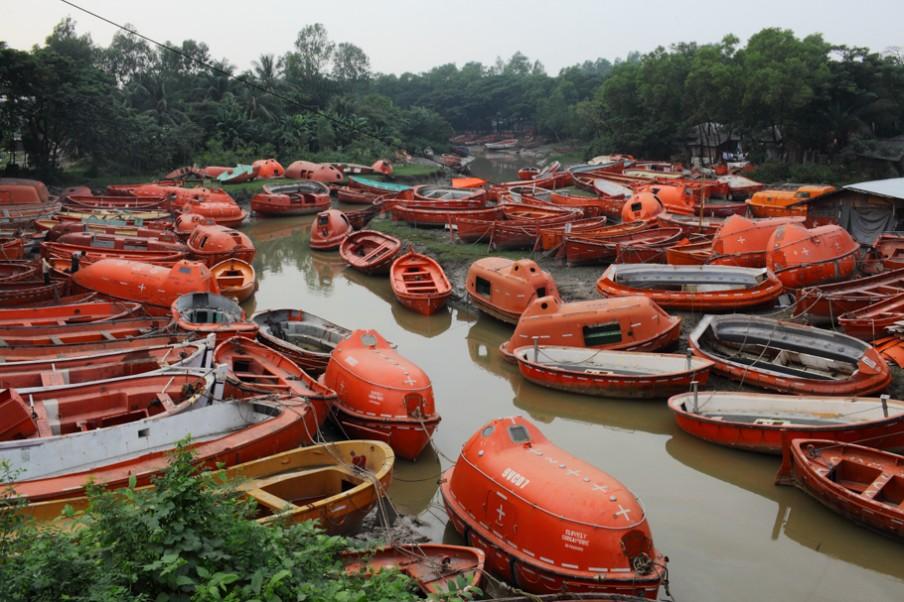 Honderden reddingsboten afkomstig van containerschepen en olietankers liggen klaar om verkocht te worden, langs de kust van Chittagong in Bangladesh. Foto: Pierre Torset