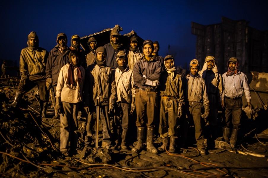 Een groep nachtwerkers van één van de sloopwerven bij Chittagong in Bangladesh. Foto: Pierre Torset