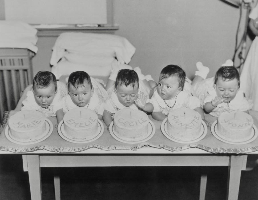 De Dionne-vijfling viert hun eerste verjaardag op 28 mei 1935. Foto: Hollandse Hoogte