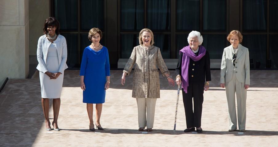 Van links naar rechts: Michelle Obama, Laura Bush, Hillary Rodham Clinton, Barbara Bush, Rosalynn Carter. Foto: The White House