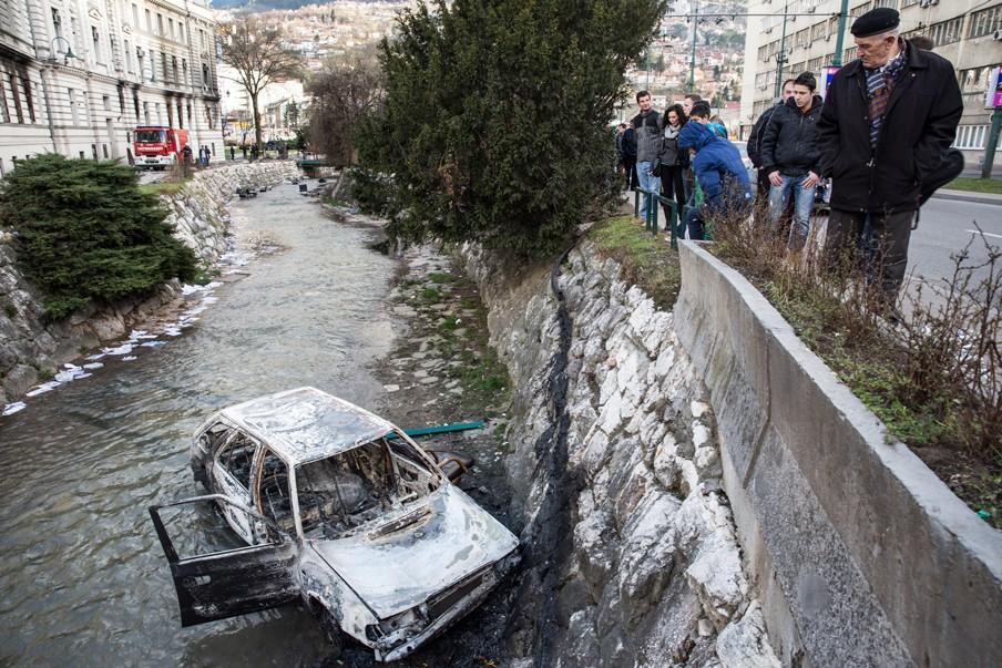 Nabij het uitgebrande gemeentehuis in Sarajevo zijn op 8 februari 2014 goed de sporen te zien van de gewelddadige protesten van de dag ervoor. Foto: Jodi Hilton