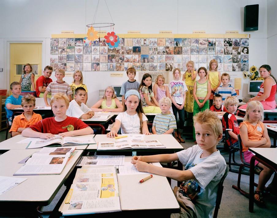 Groep 5, 6 en 7 door elkaar op de Openbare Basisschool de Kruikplank in Drouwenermond, Drenthe. Foto: Julian Germain/Nederlands Fotomuseum