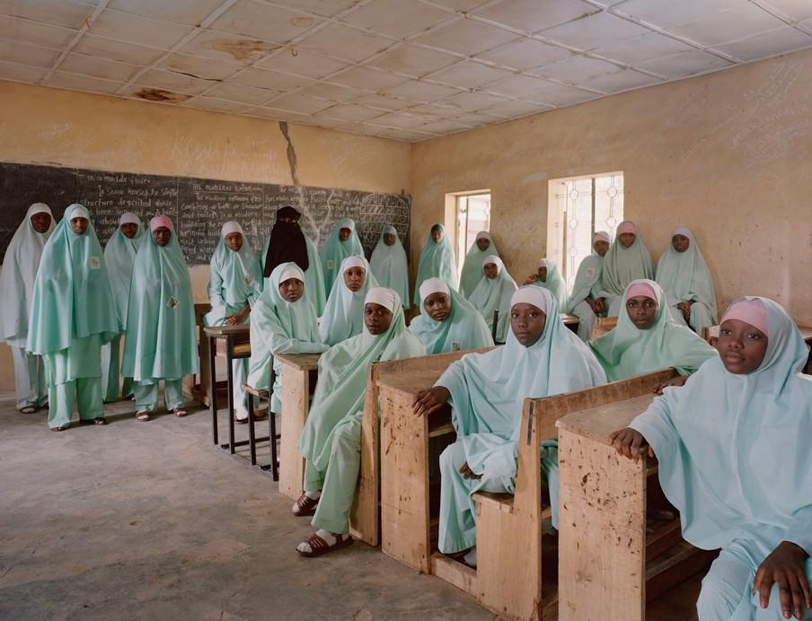 Niveau 2 in het voortgezet onderwijs van de Kulliyatu Turasul Islamic Secondary School in Kano, Nigeria. Foto: Julian Germain/Nederlands Fotomuseum