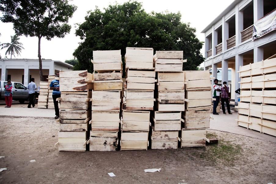 Vlak bij de ingestorte fabriek Rana Plaza liggen de lichamen van de slachtoffers in lange rijen, waartussen nabestaande wanhopig zoeken naar familieleden. Foto: Pieter van den Boogert