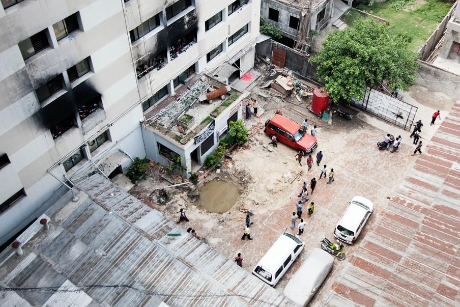 In de textielfabriek Tung Hai, in de Bangladese hoofdstad Dhaka, brak in mei 2013 brand uit. De eigenaar en zeven werknemers kwamen daarbij om het leven. Foto: Pieter van den Boogert