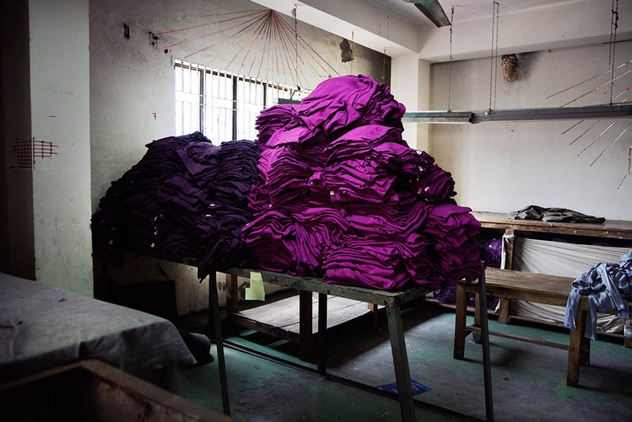 Gesneden stof ligt klaar om tot T-shirt genaaid te worden. Foto: Pieter van den Boogert