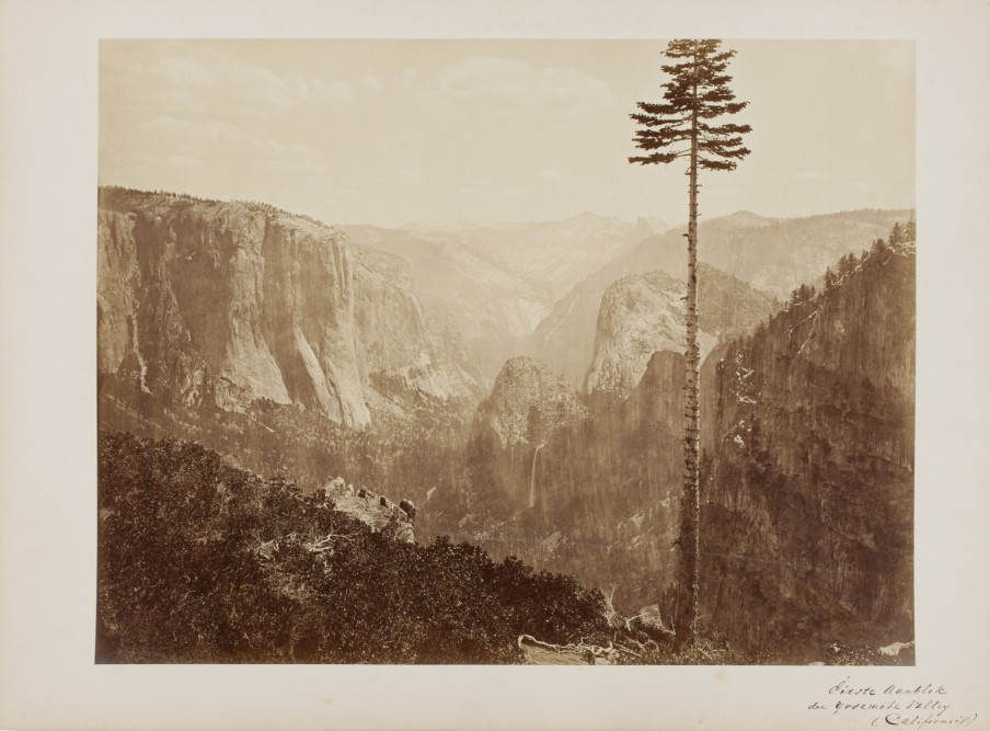 "Carleton E. Watkins: Yosemite Valley from the ""Best General View"" (- from the Mariposa Trail). Californië, V.S., 1866. Albuminedruk. Beeld: Nederlands Fotomuseum"