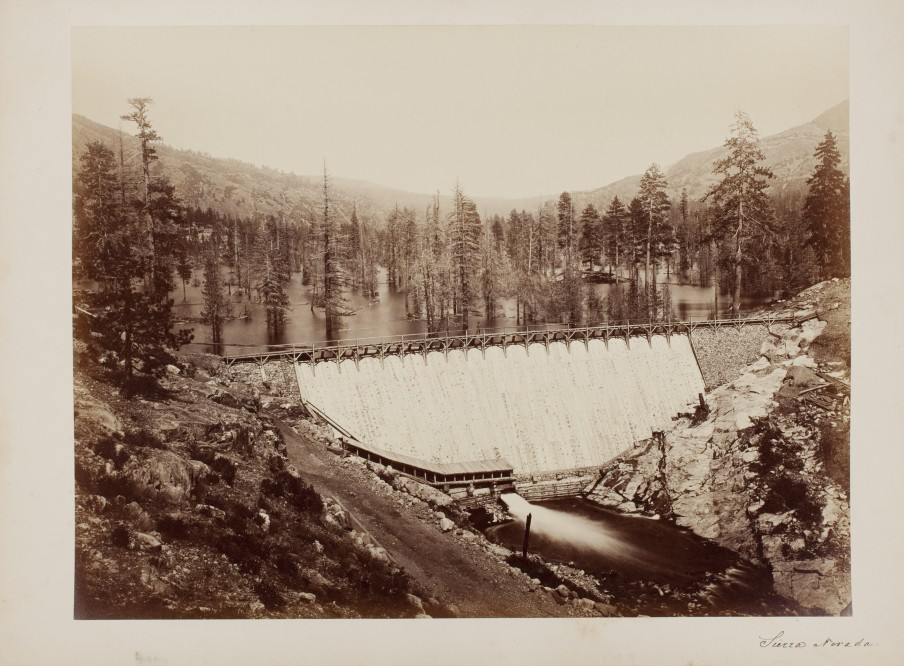 Carleton E. Watkins: Bowman Dam, Nevada County. Californië, V.S., ca. 1871. Albuminedruk. Beeld: Nederlands Fotomuseum.
