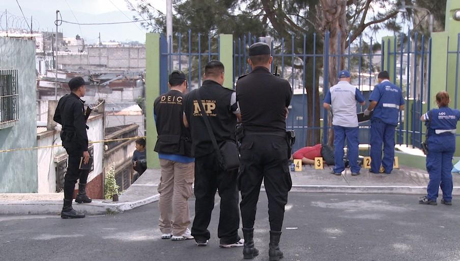 Plaats delict, Guatemala City. Dagelijks worden gemiddeld vijftien mensen vermoord in de hoofdstad. Beeld: uit de documentaire 'Burden of Peace.'