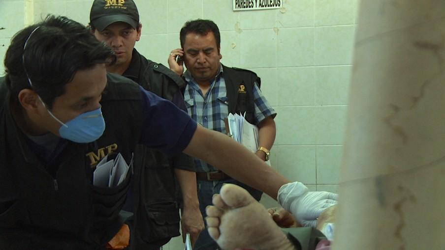Mortuarium in Guatemala City. Dagelijks worden hier gemiddeld dertig lijken binnengebracht. Beeld: uit de documentaire 'Burden of Peace.'