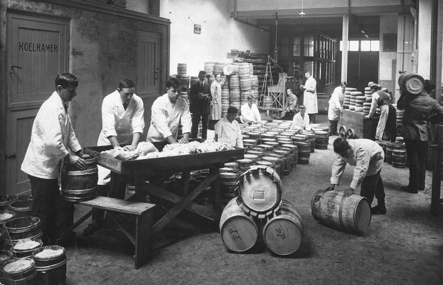 Mannen mengen roomboter en margarine in de boterfabriek Jan van Zwet in Rotterdam, 1917. Foto: Hollandse Hoogte