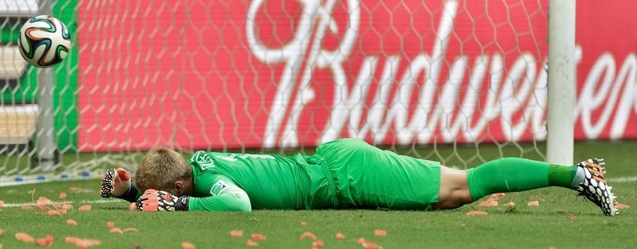 Deel 3: Jasper Cillessen mist de strafschop in de wedstrijd tegen Spanje. Foto: Koen van Weel/ANP