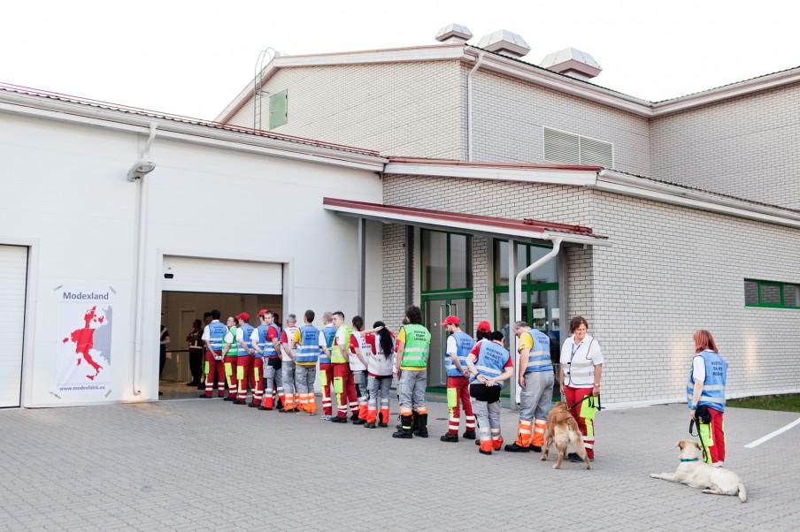 De grensovergang naar Modexland. Het Oostenrijkse Urban Search and Rescue Team wacht om door de douane te gaan. Foto: Pieter van den Boogert