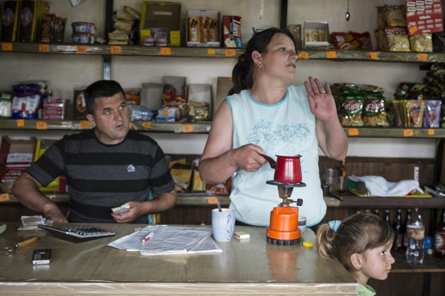 de Albanese Alida Trpkoski, getrouwd met Goran Trpkoski, achter de bar in het dorpscafe annex de lokale buurtsuper. Foto: Jodi Hilton.
