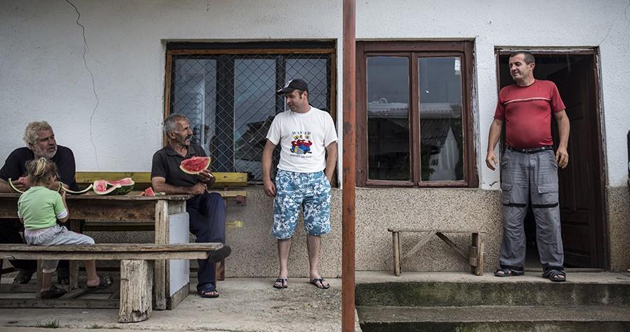 Brane Atenaskoski, een van de vrijgezelle mannen, in en rond het dorpscafé in Brest. Foto: Jodi Hilton.