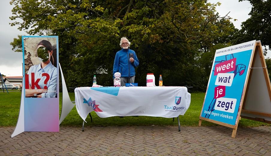 De kraam van Bond tegen Vloeken op het Euifeest in Hasselt. Met achter de kraam Jan Monster, een vriend van coördinator Bert Gijsbertse. Foto: Niels Stomps