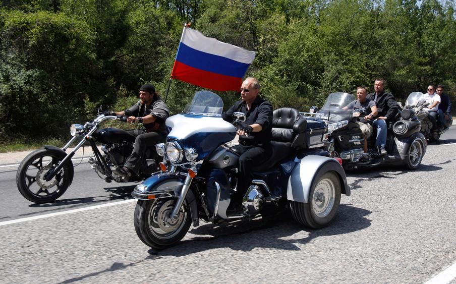 De Russische president Poetin zwaaide de Nachtwolven, een ultranationalistische motorbende, uit toen zij op 24 juli 2010 een nationalistische rally hielden naar de Krim. Foto: Sergei Karpukhin/AFP/Getty Images