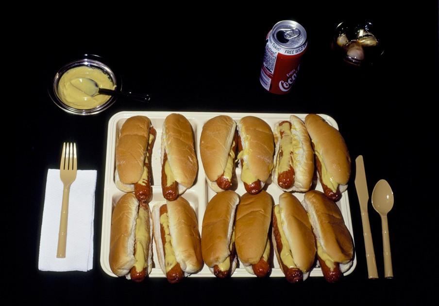 Uit de fotoserie 'Last Supper'. Een dozijn hotdogs voor John Rook die werd geëxecuteerd op 19 augustus 1986. Foto: Celia Shapiro/HH