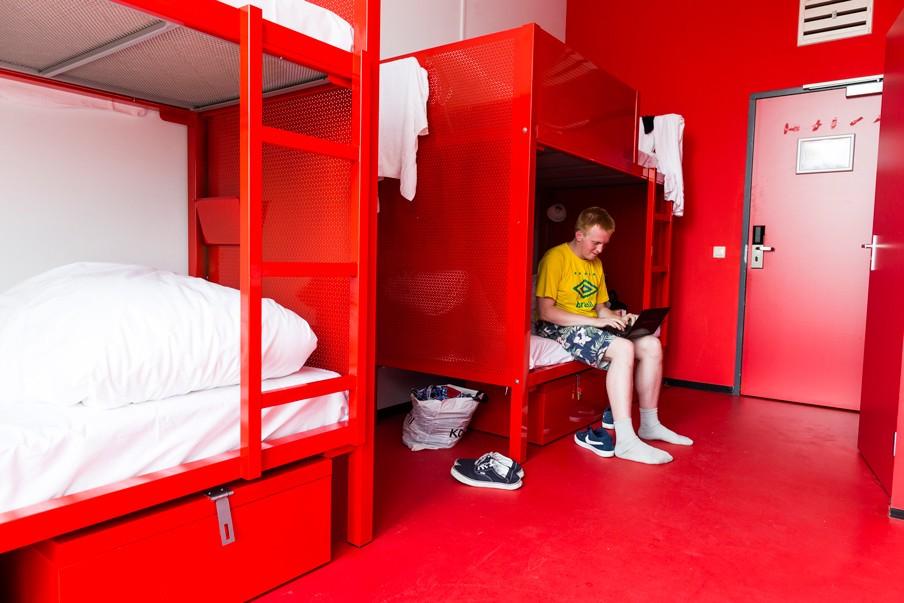 'WOW', de oude HTS in Nieuw-West is omgebouwd tot hostel en er zijn kamers voor pas-afgestudeerde kunstenaars. Foto: Rink Hof/Hollandse Hoogte