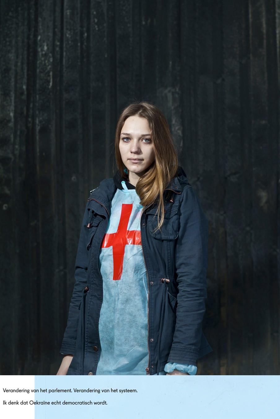 Olenka. Kiev, februari 2014. En haar antwoorden op de vragen: Wat zou je willen dat er nu gebeurt? Wat denk je dat er gaat gebeuren? Foto: Emeric Lhuisset