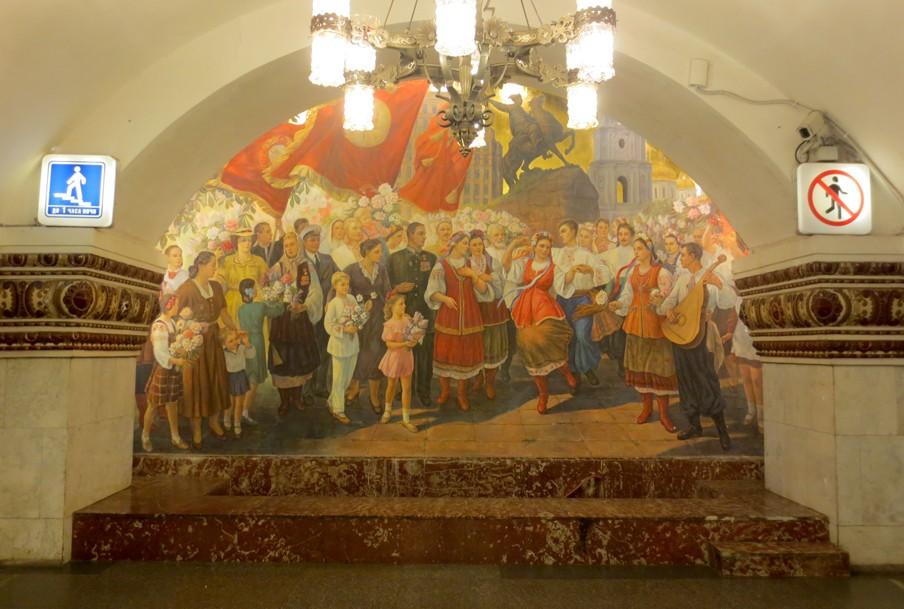 Het metrostation Kievskaja in de Russische hoofdstad Moskou is een ode aan de Russische-Oekraïense eenheid. Op deze muurschildering zijn naast de communistische vlaggen met Sovjetoprichter Vladimir Lenin kerken en een standbeeld uit Kiev te zien.