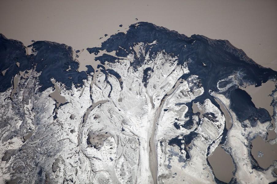 Een residubekken van de Syncrude mijn ten noorden van Fort McMurray in Alberta (Canada). Foto: Hollandse Hoogte