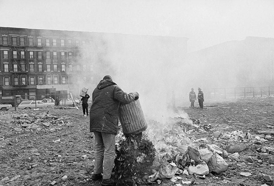 Februari 1968: Omdat het vuilnis zich opstapelt sinds de vuilnismannen staken verbranden bewoners onder toezicht van de brandweer hun vuilnis op een open plek in New York. Foto: Hollandse Hoogte