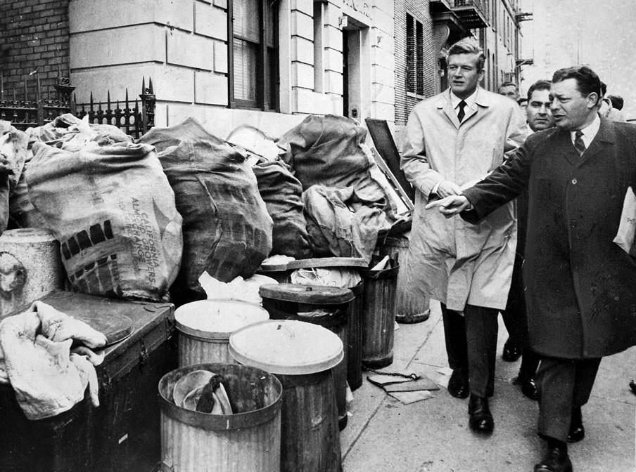 Burgemeester John Lindsay bekijkt de bergen vuilnis op de straten van zijn stad New York, op de tweede dag van de staking van de vuilnismannen op 3 februari 1968. Foto: Frank Hurley/Getty Images