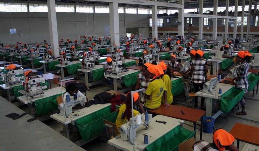 GG Super Garment Factory in Nazareth, Ethiopië. De naaisters hebben net een eerste lading zwarte tanktops voor H&M geproduceerd. Foto: Martijn Payens