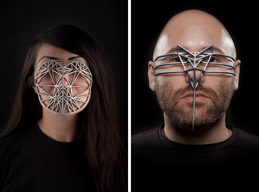 Links: Zach Blas, Face Cage #2: endurance performance with Elle Mehrmand 2014. Rechts: Zach Blas, Face Cage #1: endurance performance with Zach Blas 2014. Foto's door Christopher O'Leary