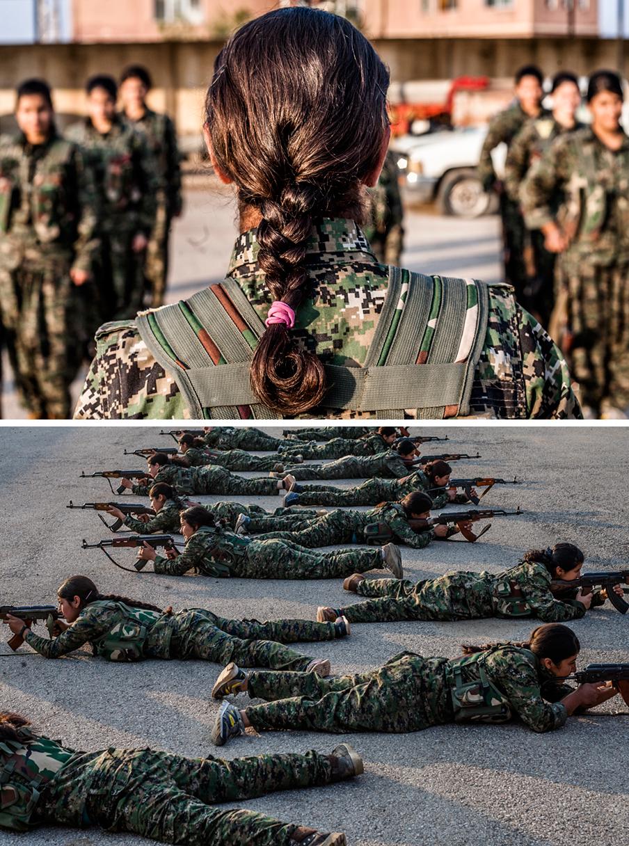 Foto boven: YPJ-commandant Gulestan (19) spreekt haar rekruten toe. Foto onder: YPJ-strijders tijdens een training in Deriq, Syrië. Foto's: Andreas Stahl