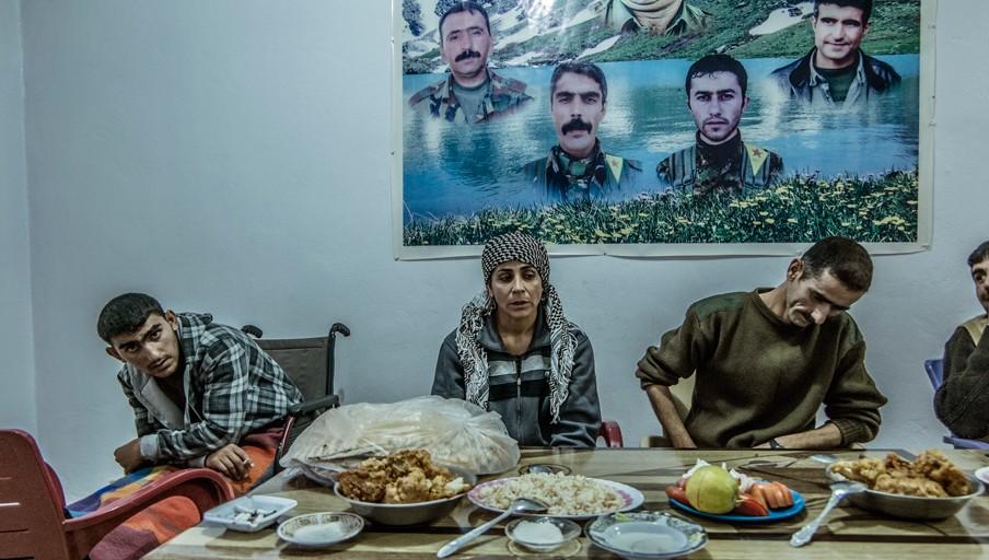 YPJ-strijder Selgan in een rusthuis voor gewonden in Deriq, Syrië. Foto: Andreas Stahl