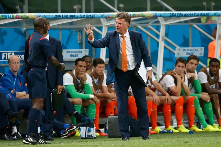 Tijdens de kwartfinale tegen Costa Rica maakt bondscoach Van Gaal zich kwaad tegen de arbitrage nadat Arjen Robben meermaals ongestraft werd belaagd. Op de bank, tweede van rechts, zit Tim Krul. Foto: Stanley Gontha/ANP
