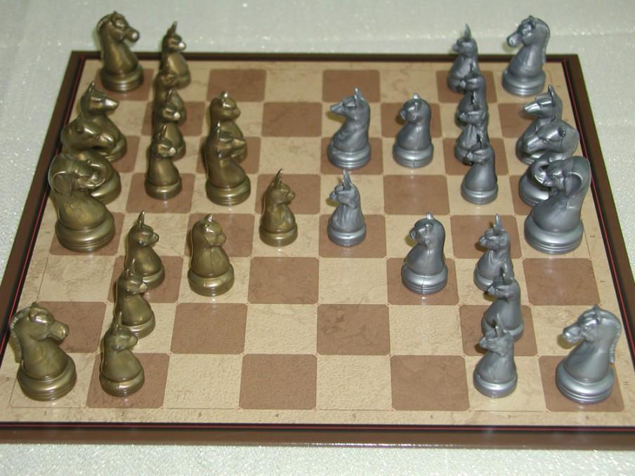 Een officieel speelbord van Arimaa, met olifanten, kamelen, paarden, honden, katten en konijnen