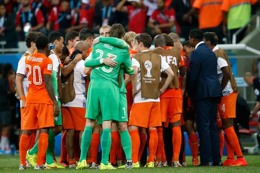 Cilissen en Krul omhelzen elkaar na het winnen van de wedstrijd tegen Costa Rica. Foto: Stanley Gontha/ANP