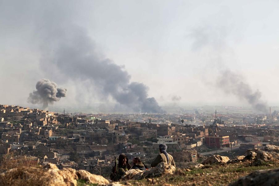 22 december 2014: IS strijders verbranden autobanden in de Iraakse district Mosul, om zo het zicht te ontnemen van de Perhmerga troepen die een poging ondernemen om de stad Sinjar te bevrijden. Foto: Emrah Yorulmaz/HH