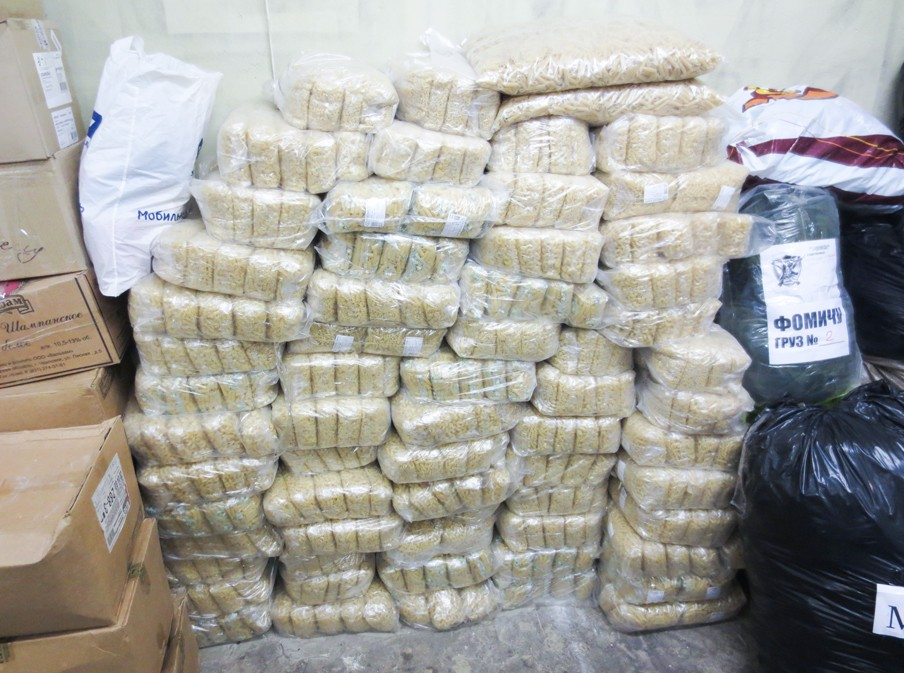 Zakken pasta liggen opgeslagen in een verblijfplaats van de nationaal-bolsjewieken in Moskou. Bestemming is Oost-Oekraïne.