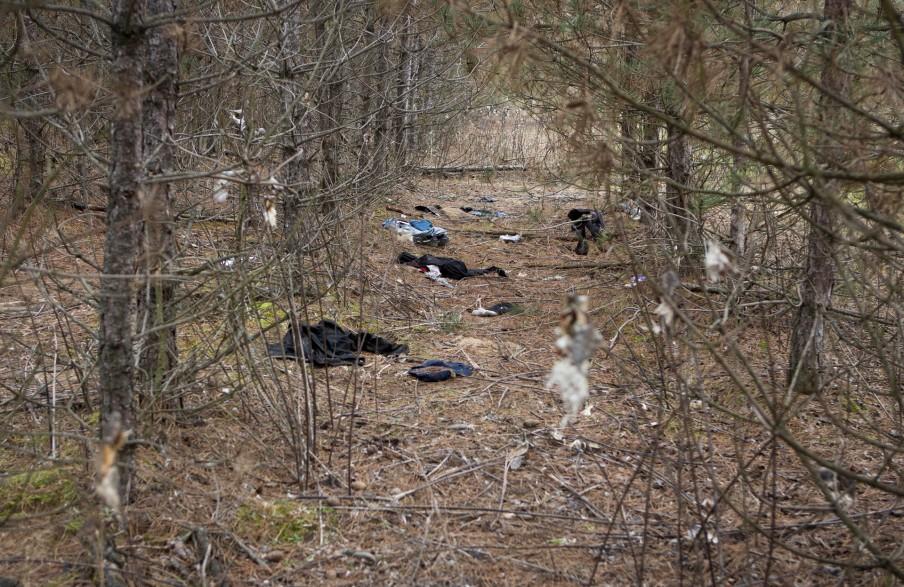 Achtergelaten kleding in de bossen bij Ásotthalom. Foto: Darko Bandic/HH