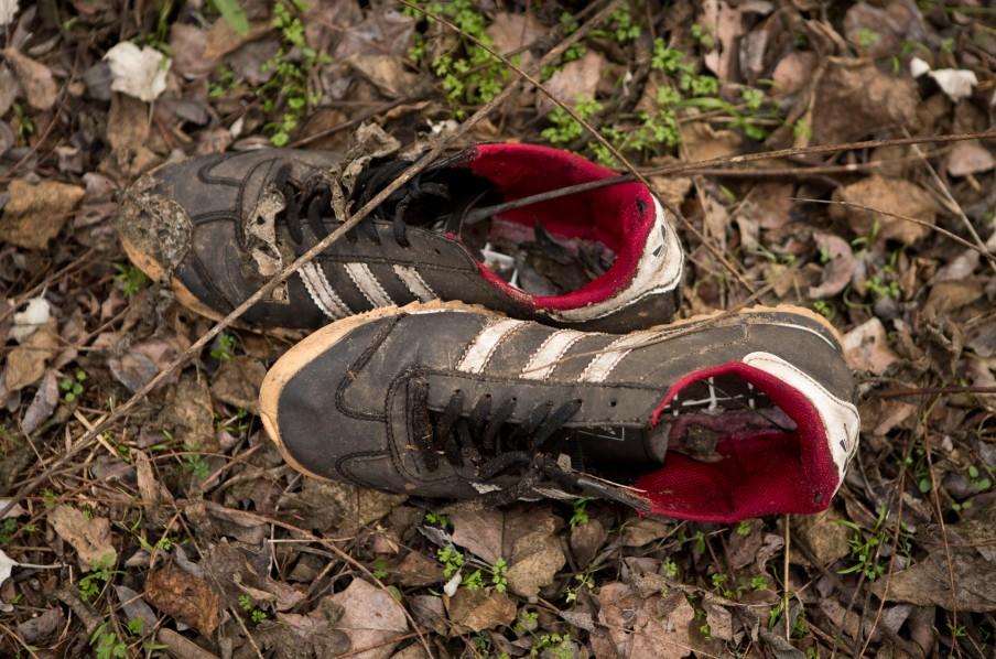 Achtergelaten schoenen in de bossen bij Ásotthalom. Foto: Darko Bandic/HH