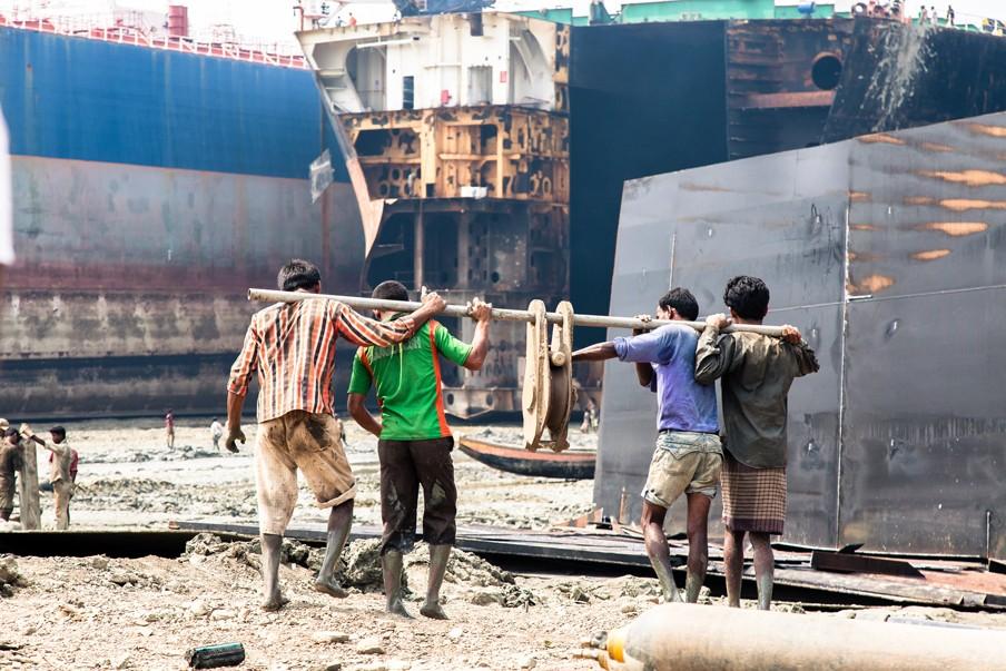 Arbeiders aan het werk in de scheepswerf op Sitakundstrand, Bangladesh, 2013. Foto's: Bart van Eijden