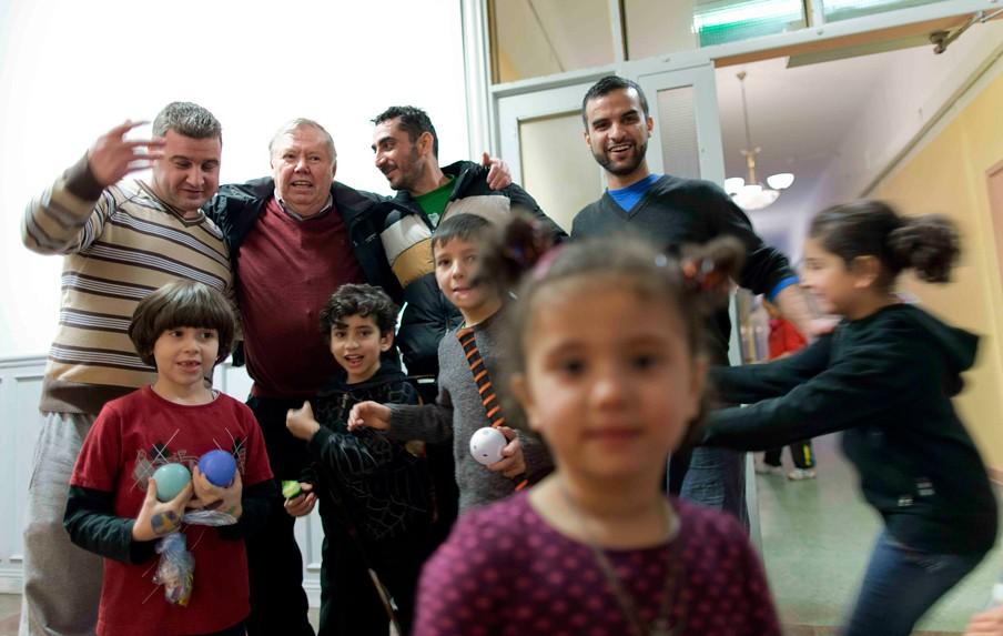 Bert Karlsson (achteraan, tweede van links) samen met asielzoekers in zijn asielzoekerscentrum Stora Ekeberg nabij Skara in Zweden. Foto: Adam Ihse/ANP