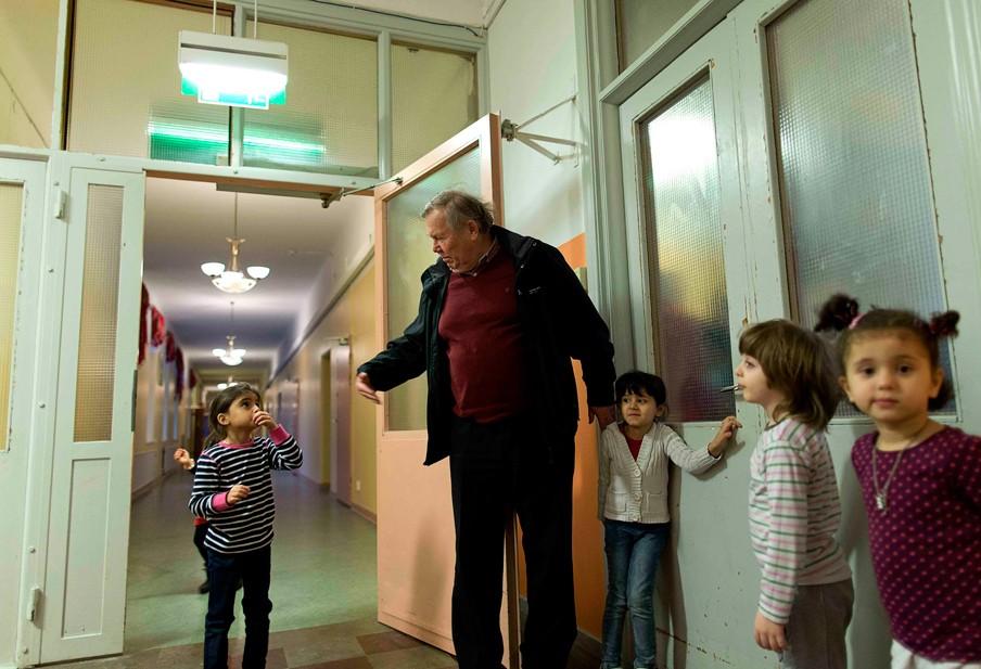 Bert Karlsson bezoekt zijn asielzoekerscentrum Stora Ekeberg nabij Skara in Zweden. Foto: Adam Ihse/ANP