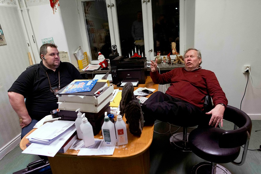 Bert Karlsson op het kantoor van de manager van zijn asielzoekerscentrum Stora Ekeberg nabij Skara in Zweden. Foto: Adam Ihse/ANP