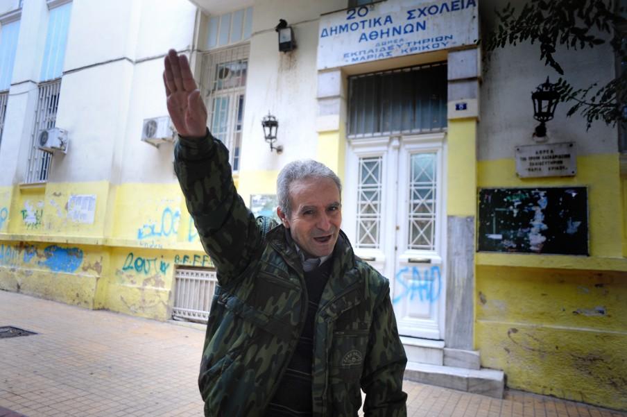 Een aanhanger van de Gouden Dageraad doet een Hitlergroet op straat in Athene. Foto: Maro Kouri