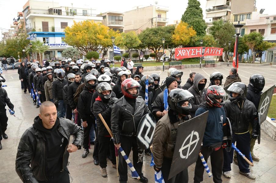 Twee weken geleden publiceerde Psarras deze foto, die is genomen door een Gouden Dageraad-lid en dient als bewijsvoering in de rechtszaak. Linksonder in beeld commandeert Ilias Kasidiaris, de parlementaire woordvoerder, een van de knokploegen.