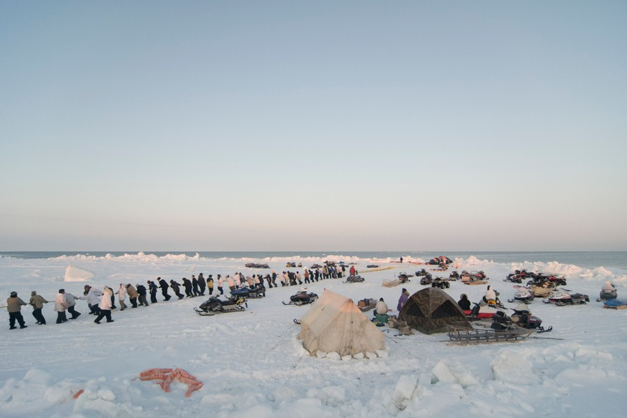 De Inuitgemeenschap jaagt al eeuwenlang gezamenlijk op walvissen. Foto: Steven Kazlowski/Hollandse Hoogte